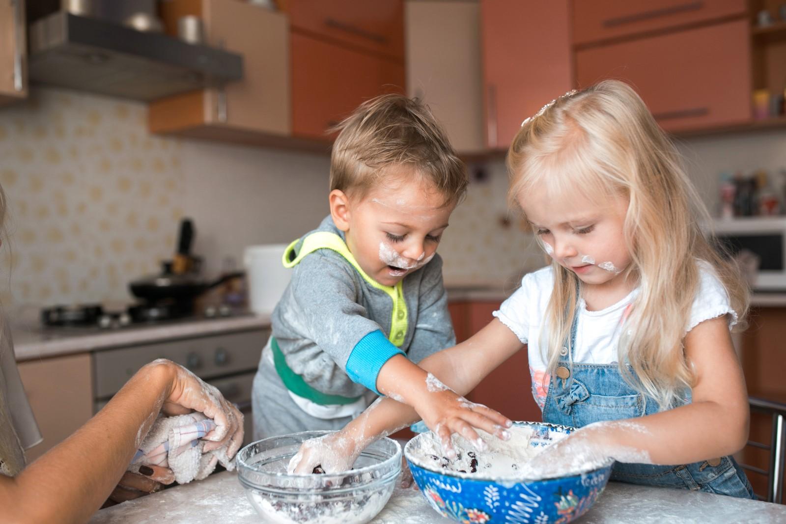 gesunde ern hrung kinder sollten schon fr h mitkochen tipps codecheck info. Black Bedroom Furniture Sets. Home Design Ideas