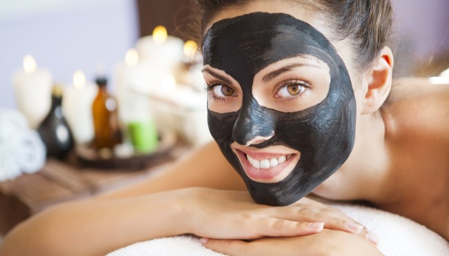 schwarze kosmetik werbel gen rund um gesundheitssch dliche inhaltsstoffe aktivkohle maske. Black Bedroom Furniture Sets. Home Design Ideas